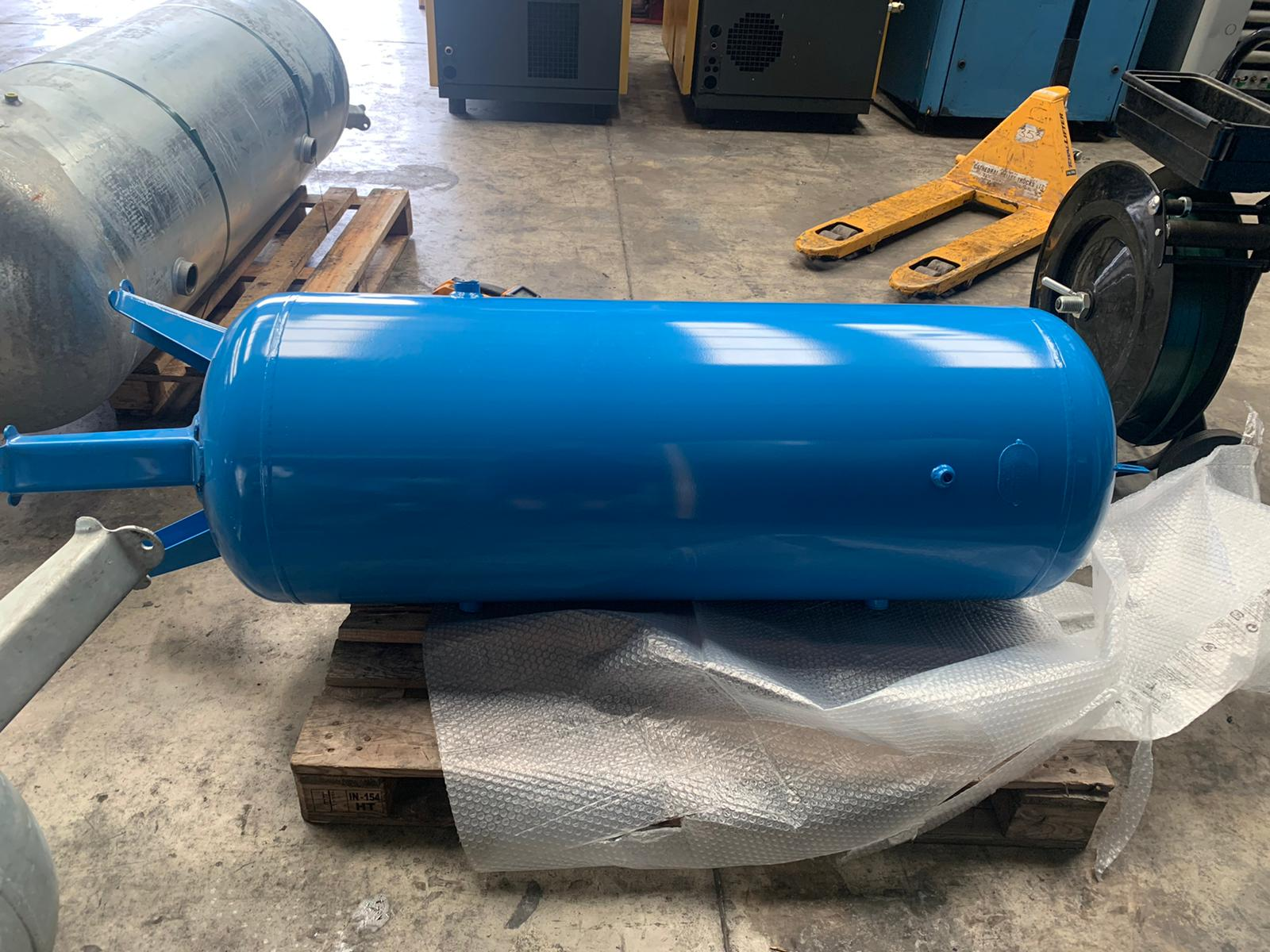 Vertical Air Receiver 270 litre dented bargain